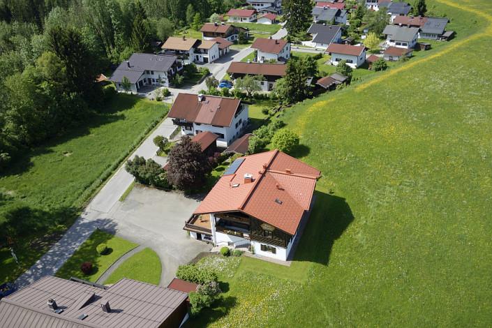 Ferienwohnungen Döllerer Reit im Winkl, Luftbild Haus neben Wiese 2