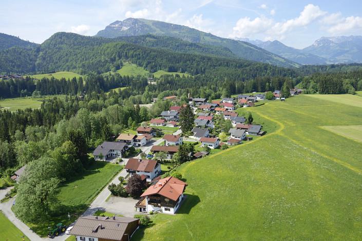 Ferienwohnungen Döllerer Reit im Winkl, Luftbild Haus neben Wiese