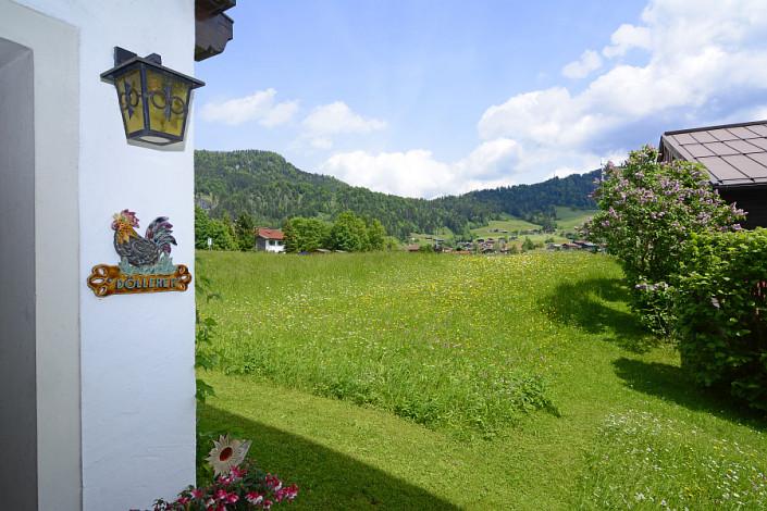 Ferienwohnungen Döllerer Reit im Winkl, Eingang mit Blick auf Blumenwiese